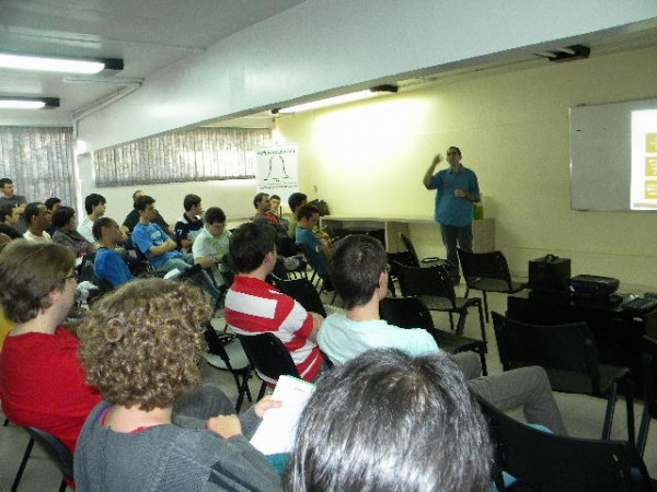 """André Gugliotti apresentando palestra """"Primeiros Passos no Magento Commerce"""""""